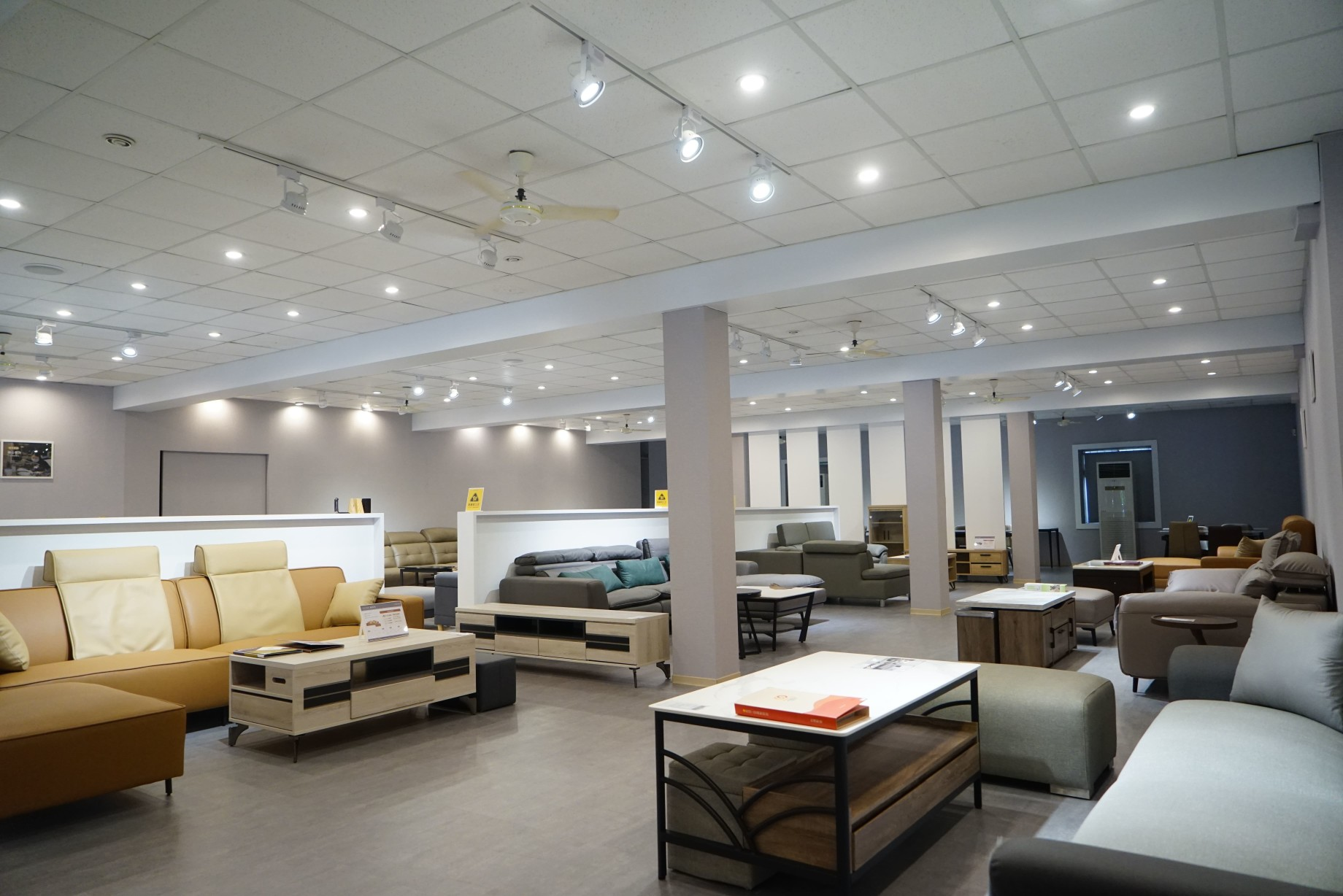 明久台南店1樓沙發展示區