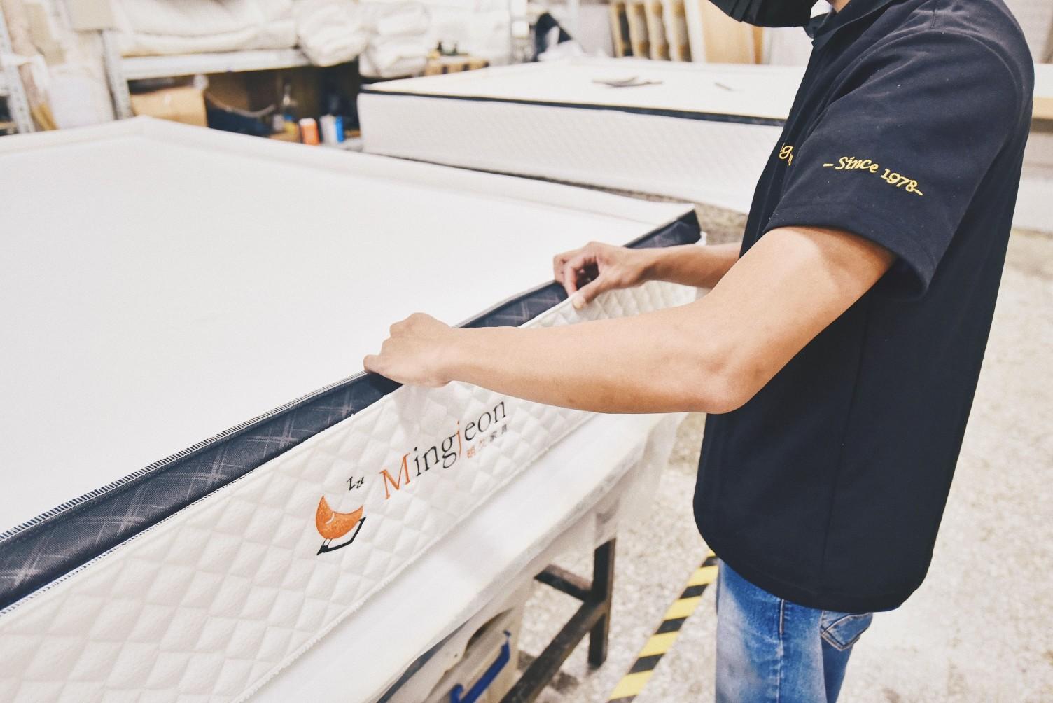 明久家具用超過60年的時間,專業手工製作床墊
