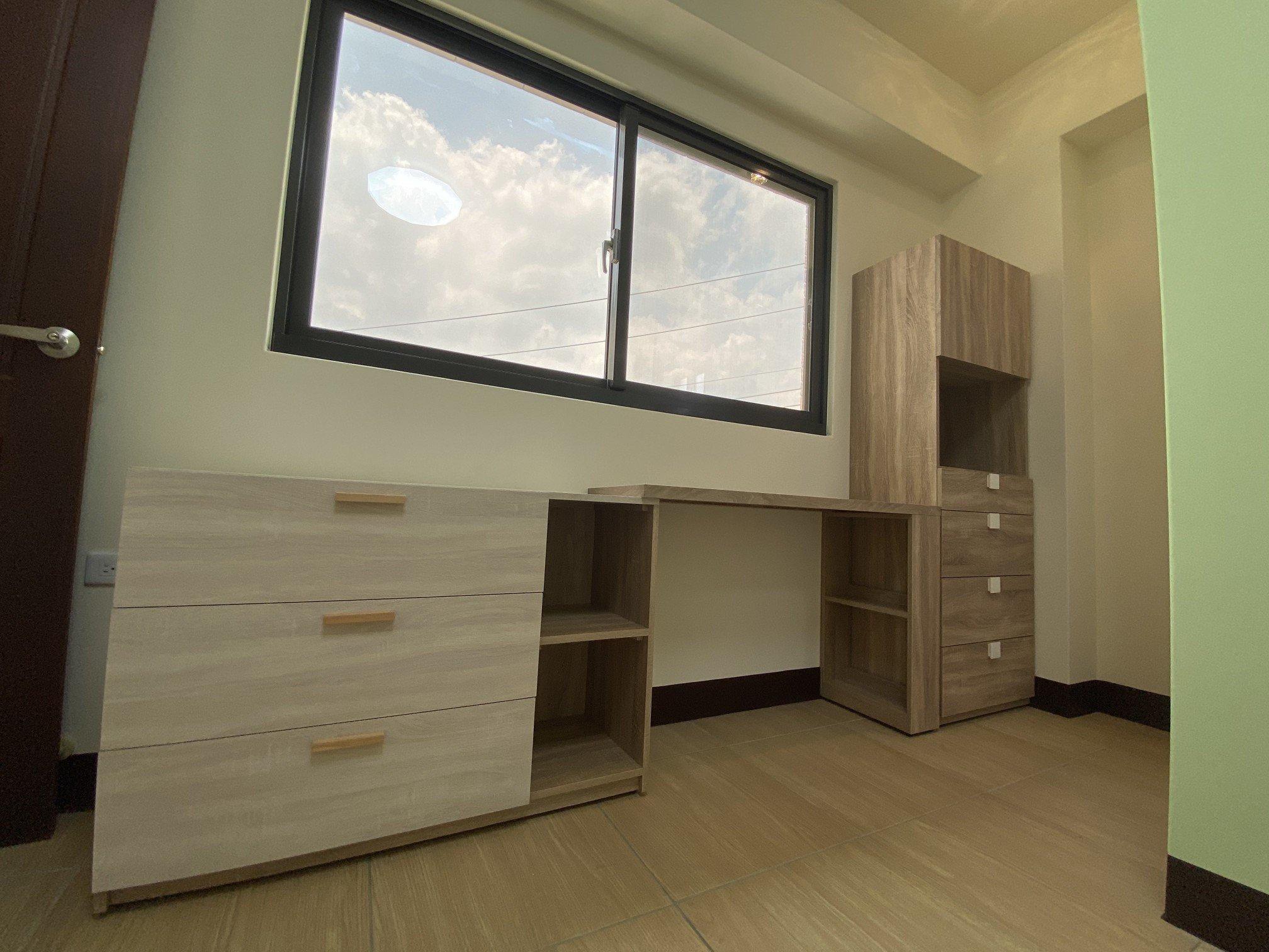 陳小姐家臥房一隅:組裝書桌、書櫃