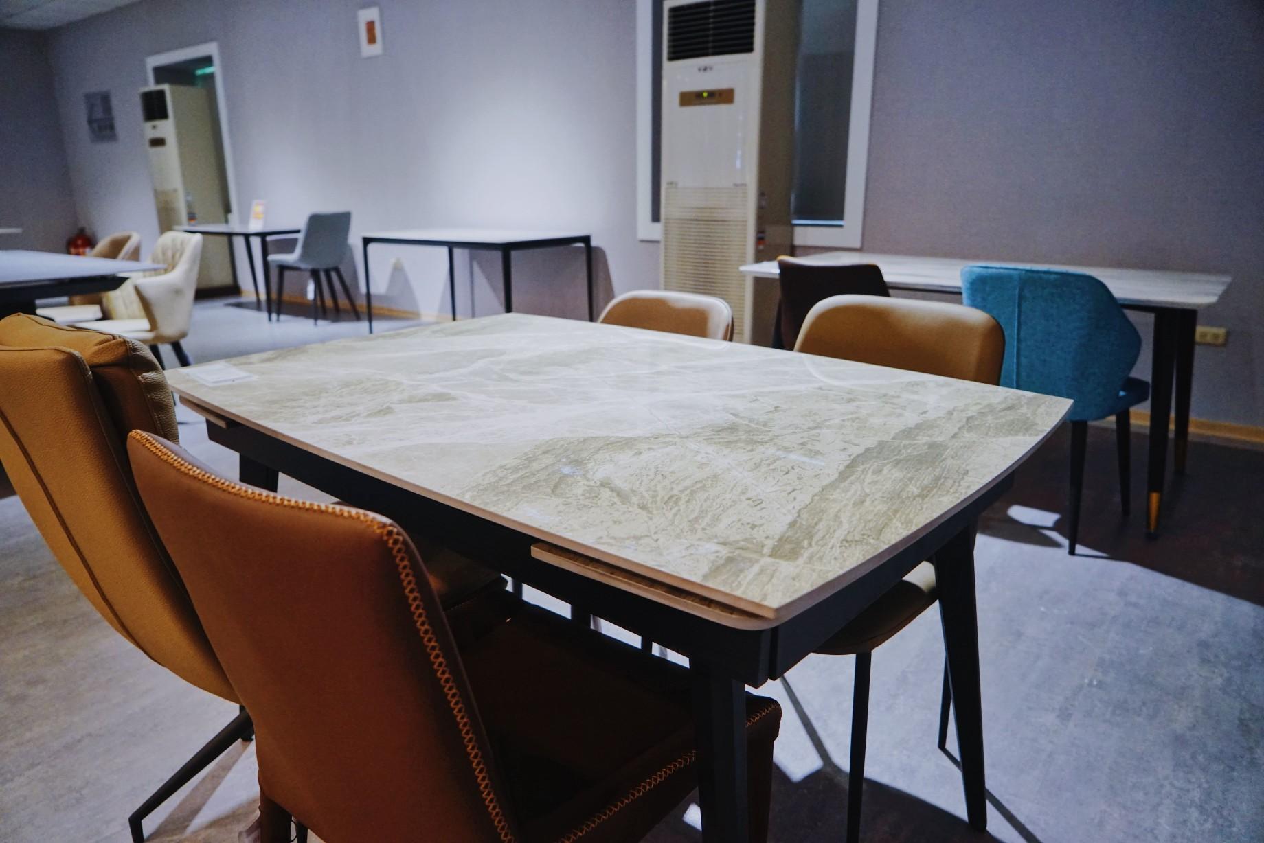 明久台南店1樓餐桌椅展示區