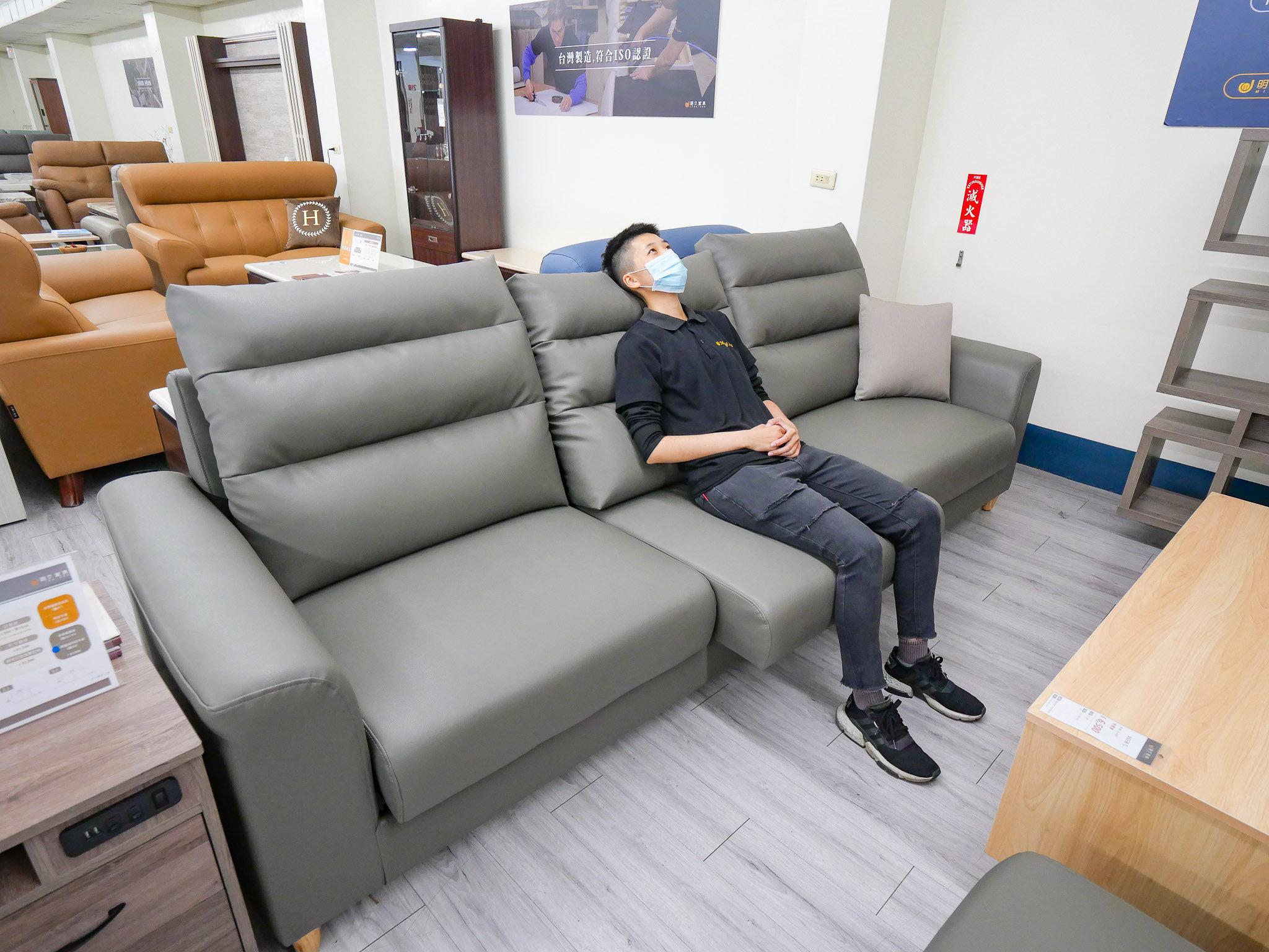 明久專業顧問團隊為客人示範沙發使用