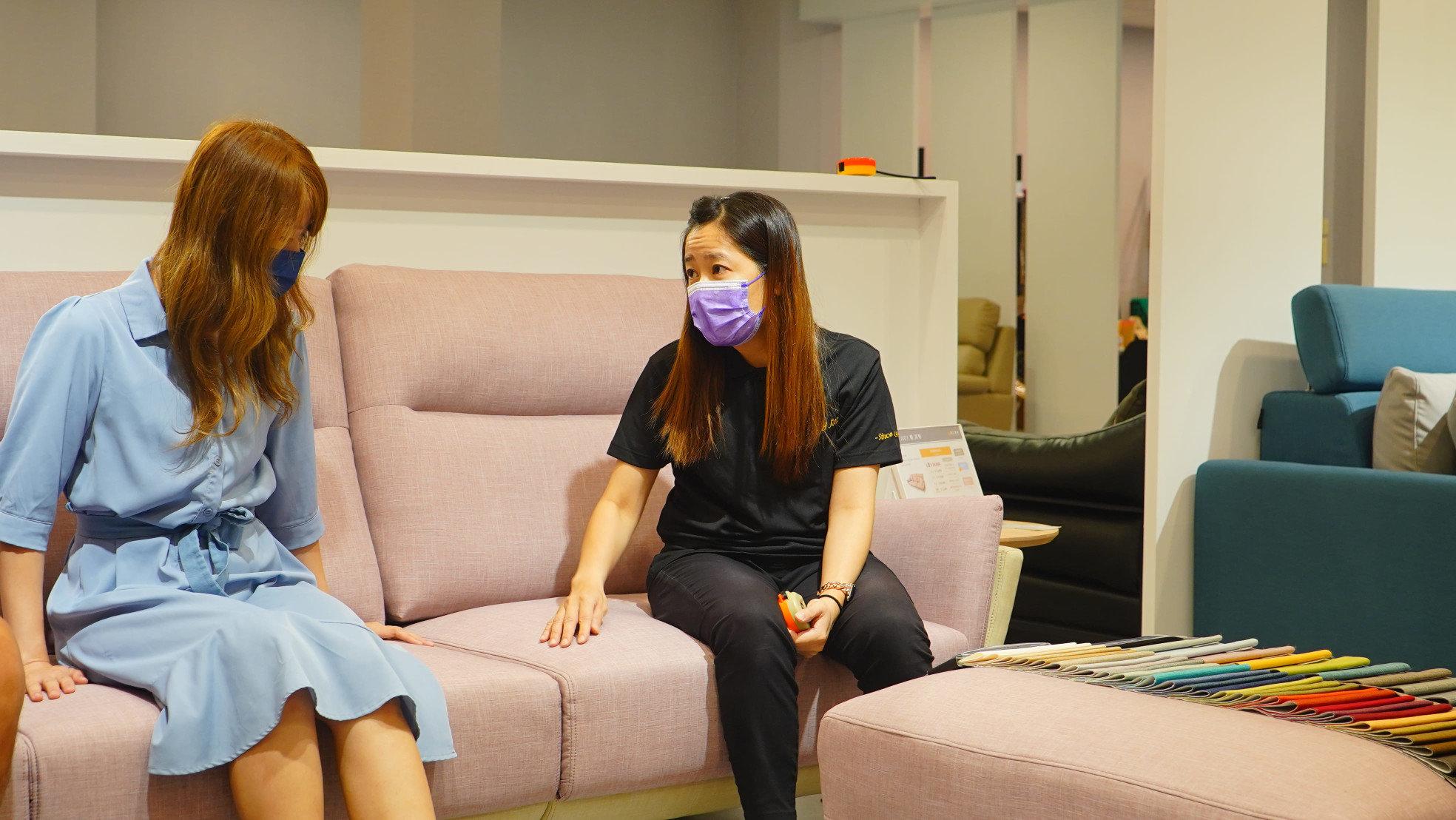 【熱血玩台南】體驗明久沙發,仔細聽顧問講解