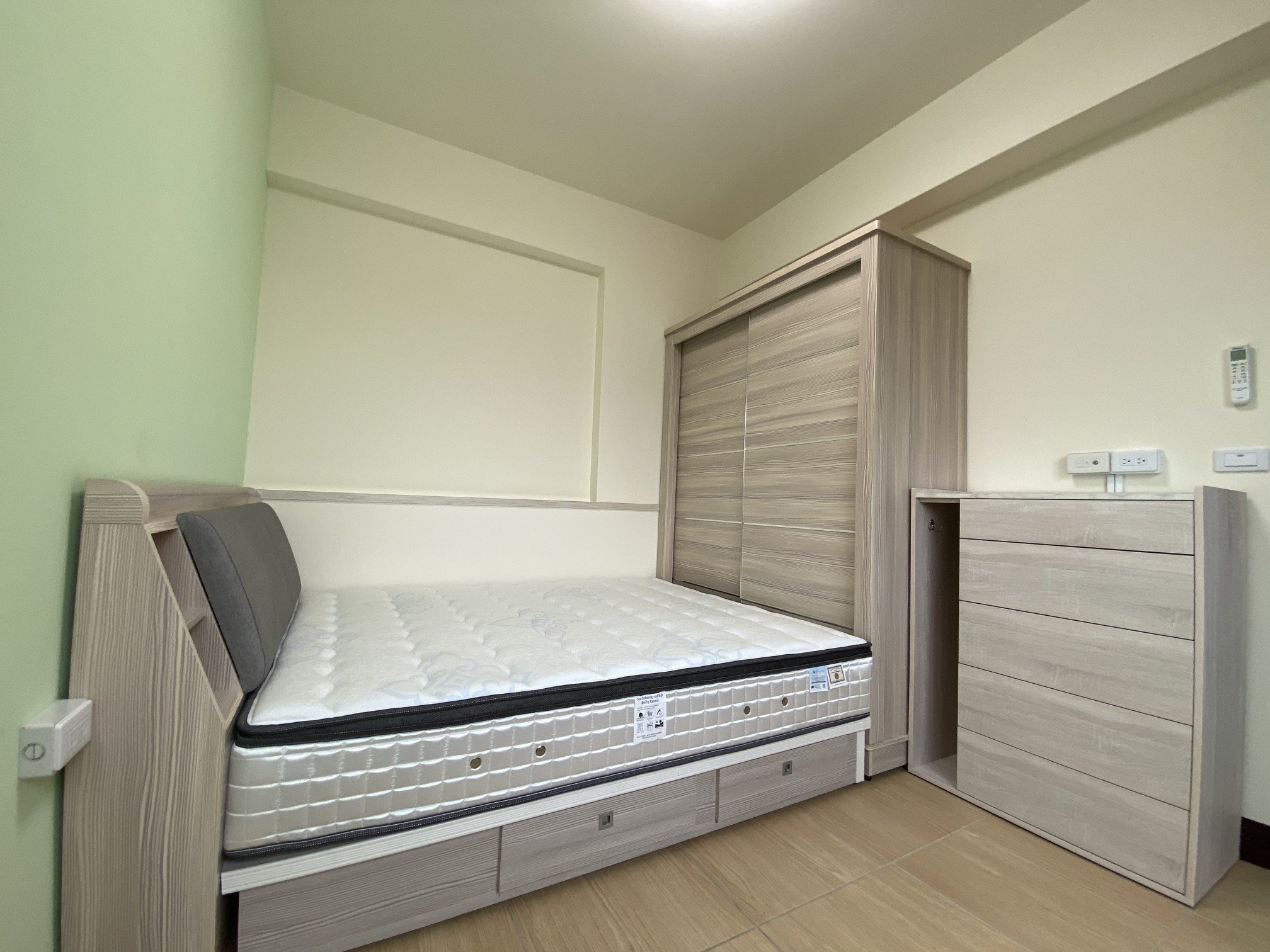 陳小姐臥室床組:床頭、床架、衣櫥、斗櫃等,整體風格簡潔