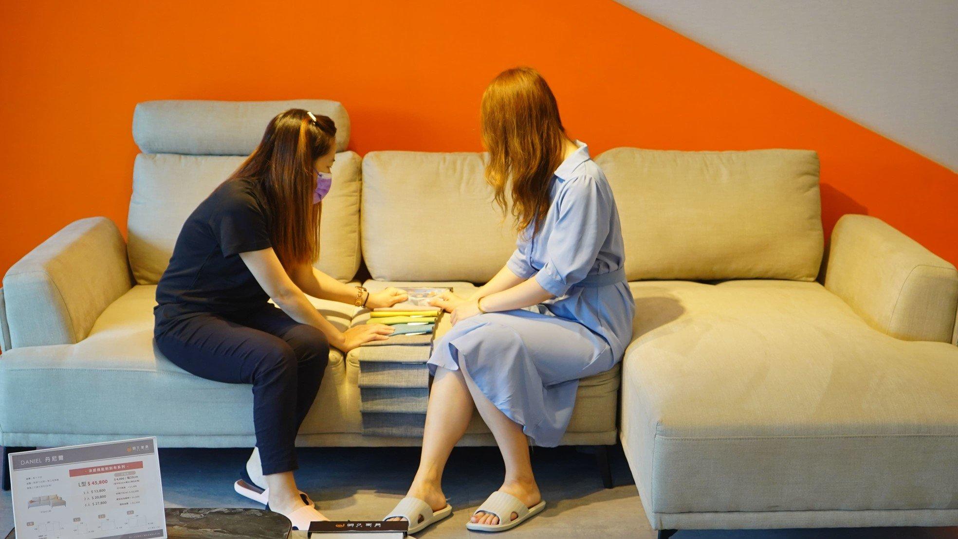 【熱血玩台南】與顧問討論丹尼爾沙發的細節