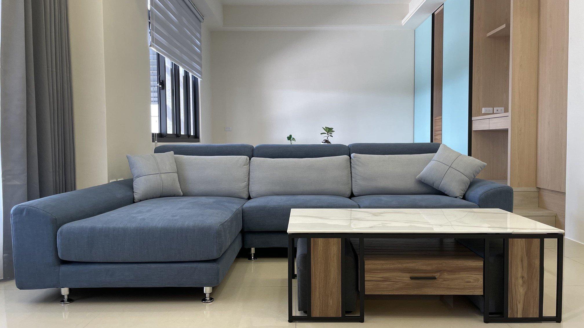 伊芙琳沙發流線外型搭配日式簡約裝潢,呈現典雅輕鬆氛圍
