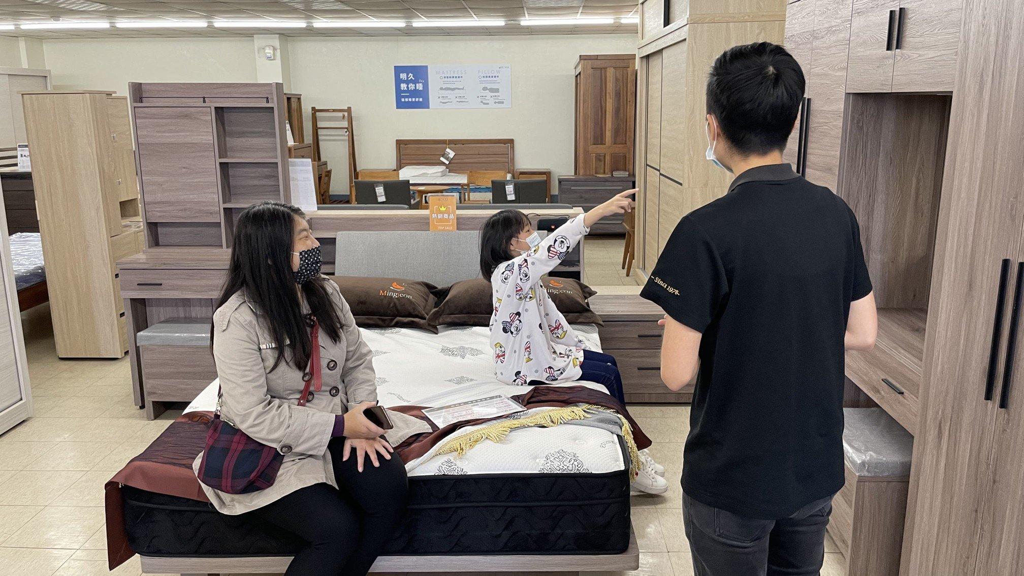 COCO與女兒白白一邊試躺,一邊與顧問詢問家具