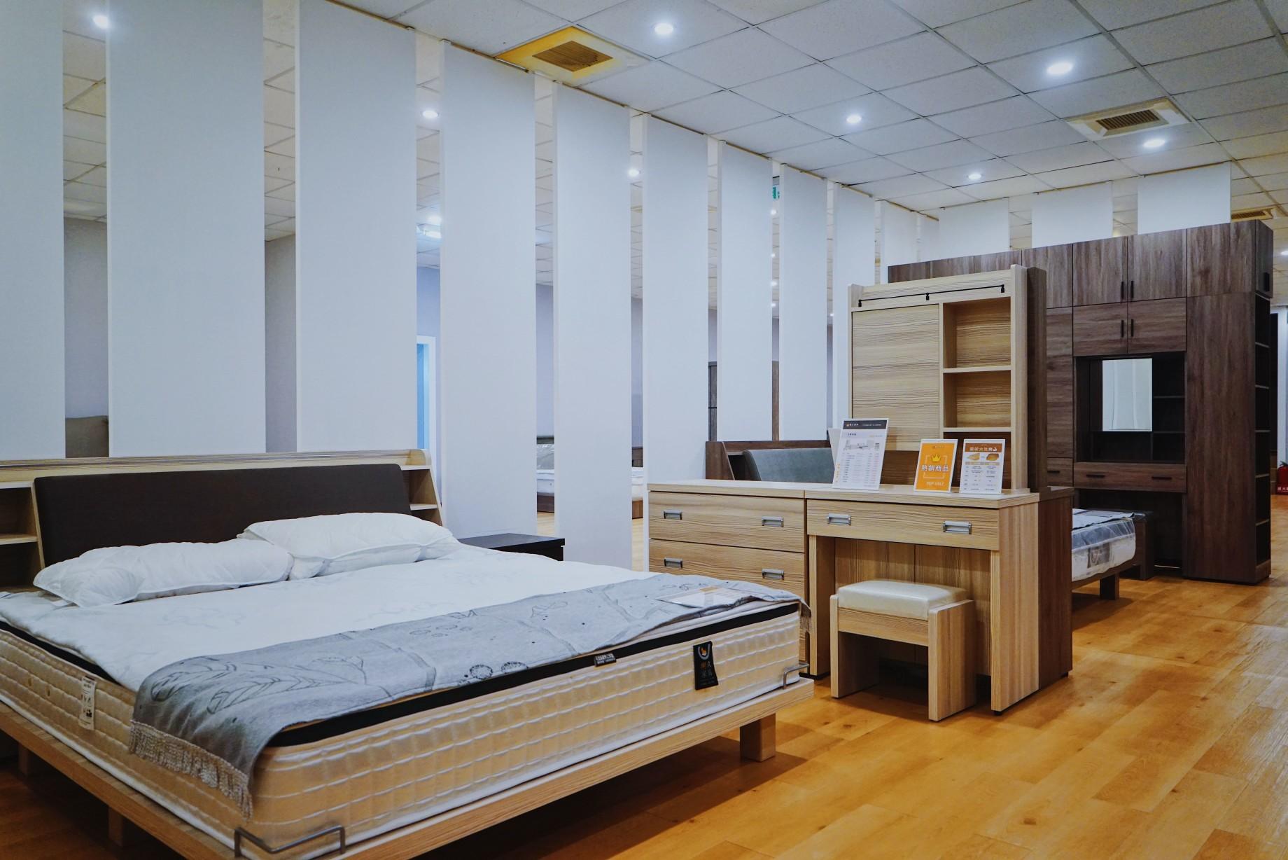 明久台南店床組、櫃體展示區